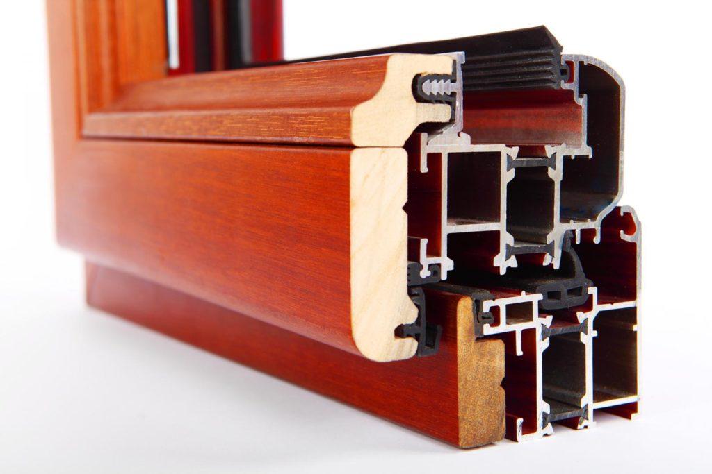 Infissi a struttura combinata in legno e alluminio color ciliegio