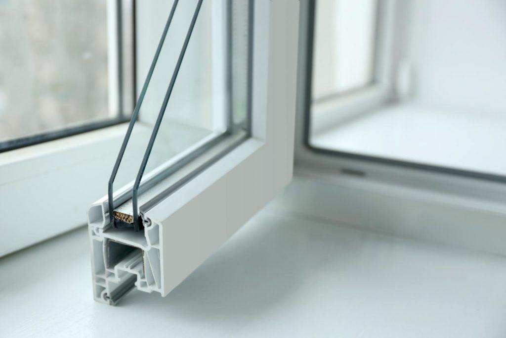 Infissi di colore bianco con struttura a vetro camera