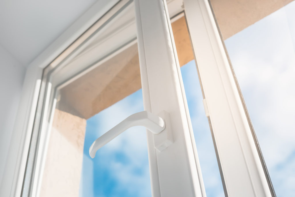 Porta finestra in pvc di colore bianco semiaperta